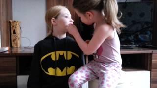 Meine kleine schwester schminkt mich♡