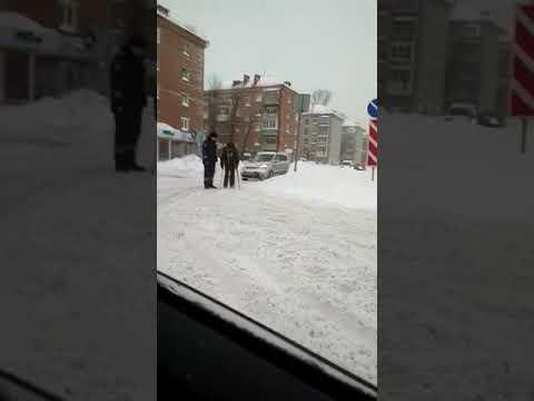 В РТ инспектор ГИБДД на руках перенес инвалида через дорогу (ВИДЕО)