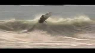 Alejo Loret de Mola con su modelo The Bullet de Klimax Surfboards
