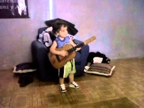 Ezequiel tocando Amor Clandestino