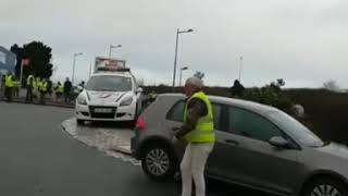 bagarre à coup de poing entre gilet jaune et police