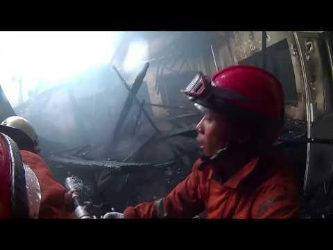 Proses pemadaman kebakaran rs carolus 2 juni 2017