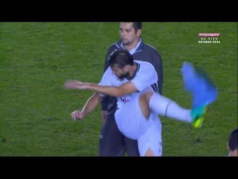 Henrique chuta a camisa do Santos e depois pede desculpas
