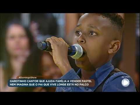 Kauã emociona a todos ao cantar no palco do Domingo Show
