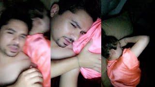 Larry Hernandez en la cama con su esposa
