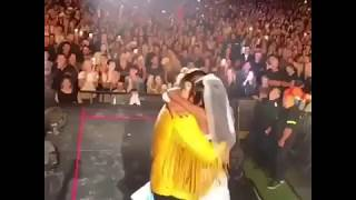 Fanática sube al concierto de Maluma vestida de novia a pedirle matrimonio