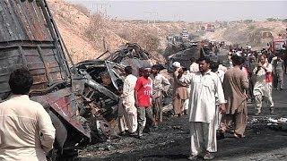 Decenas de personas mueren abrasadas en un accidente de carretera en Pakistán