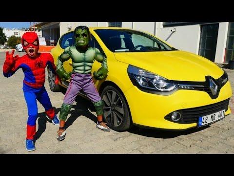 Hulk Spiderman'nın arabasını itiyor....