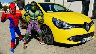 Hulk Spiderman nın arabasını itiyor. Gerçek araba! Türkçe izle! Erkek çocuk oyunları/videoları.