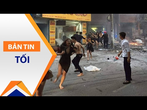 Nữ tiếp viên karaoke mặc 'thiếu vải' chạy loạn | VTC