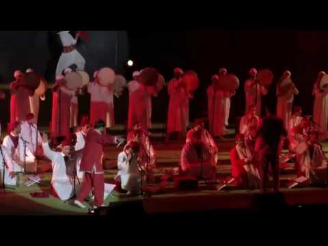 لطفي العبدلي يفاجئ جمهور قرطاج في عرض الزيارة برقصاته وهو يتخفى في لحاف