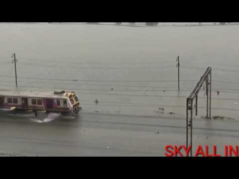 😱मुबई शहर में हुई तेज बारिश के कारण देखें कैसे रेलवे ट्रैक पर भरा पानी |sky all in | thumbnail