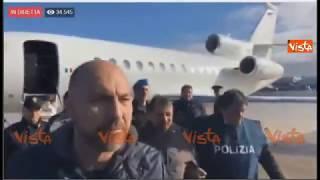 Battisti arriva a Ciampino, scende dall'aereo senza manette circondato dalla Polizia