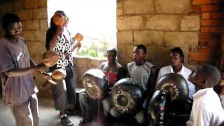 ジンバブエ マコニ村 ムビラ演奏中。