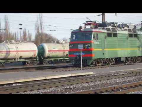 Электровоз ВЛ80С-630. Маневровый тепловоз ТЭМ2М-212 толкает цистерны на станции Придача