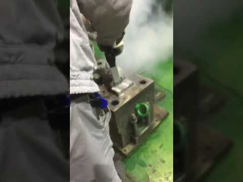 Dry ice blasting machine for cleaning oil