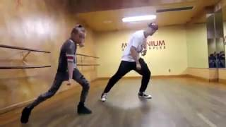 видео мальчик танцует с девочкой