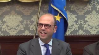 """Migranti. Alfano: """"A Napoli donati abiti contraffatti a chi è sbarcato"""""""