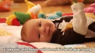 Chơi với trẻ sơ sinh giúp bé phát triển