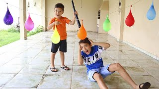 Crianças brincando com Balões de Água cantando a canção das cores