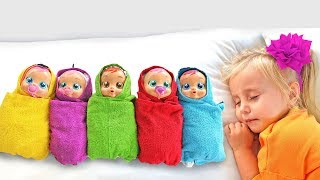 Alicia y Eva jugar con muñecas y aprender