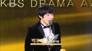 ユチョンが「成均館スキャンダル」で新人演技大賞(男優)を受賞した際の...