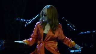 Tori Amos - Not Gonna Get Us/Nas Ne Dogonyat cover - Live at Crocus City Hall in Moscow