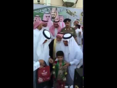 فيديو مدير تعليم الباحة يدفع مُسناً بحضور وزير التعليم
