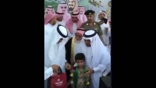 شاهد.. تصرُّف مدير تعليم الباحة في حضور الوزير يثير غضب السعوديين
