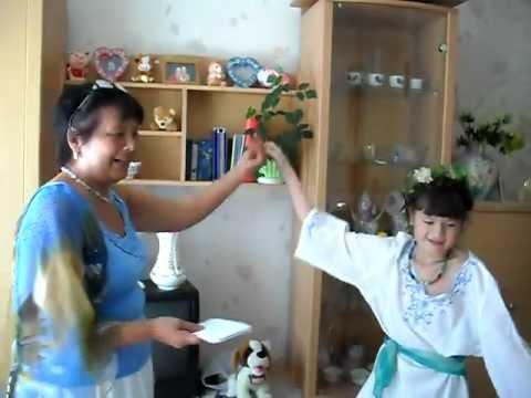 Бабушка и внучка поют частушку)))
