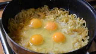 Макароны с яйцом, луком и сыром на сковороде.