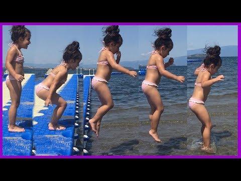 Denizde dubalardan atladık ve renkli top oyunları oynadık l Eğlenceli Çocuk Videoları