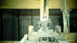 Старый лифт с мусором сел на ловители