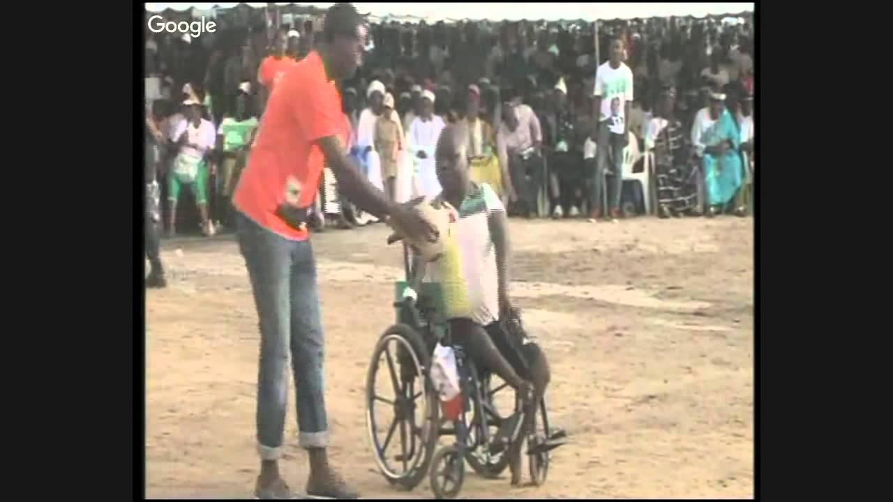 le-candidat-alassane-ouattara-visite-le-village-de-campagne-de-koumassi