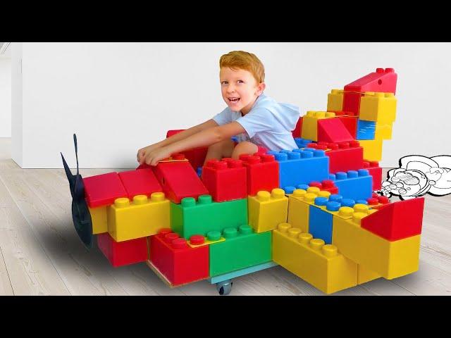 Трактор привёз Лёве и папе большие лего блоки для игрушечного самолёта