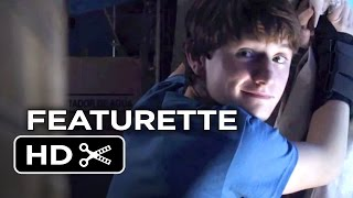 Dolphin Tale 2 Featurette - Look Who