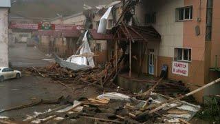 Ураган разрушает здания на Сахалине. Один житель погиб под обломками крыши