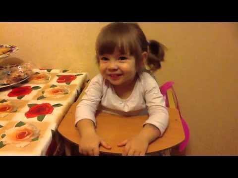 Маленькая девочка рассказывает стихи