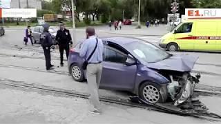 На Вторчермете на трамвайных путях столкнулись две легковушки