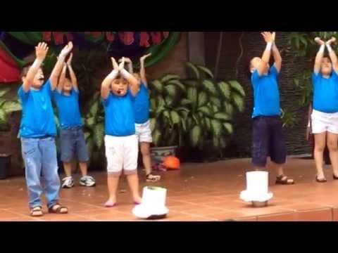 """Lớp Noel múa bài """"cho con"""" tại trường Kids"""