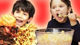 مفاجئة أطفال بكميات كبيرة من طعامهم المفضل - مترجم عربي