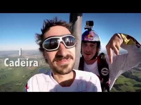 Paraquedistas fazem brincadeira de criança nas alturas