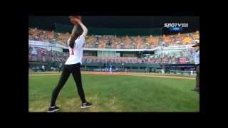Бейсбол.Девушка подает