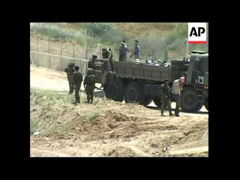 Palestinians scuffle with soldiers; Gaza withdrawal, fuel crisis