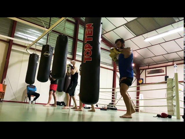 Muay thaï training for beginners. Heavy bag drills.