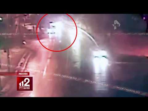 Видео: Автобус разрывает во время аварии в Москве