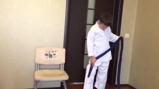 Как правильно надевать кимоно и завязывать пояс(Как правильно надевать кимоно и завязывать пояс., 2016-02-09T13:29:21.000Z)