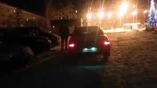 Массовая автопарковка на детской площадке. Real video