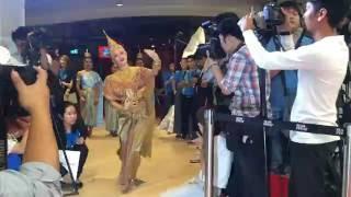 นุ่น วรนุช สวมบทคุณอุบล ร่ายรำอัญเชิญพระฉายาลักษณ์ทองคำ พระราชินี ฝังเพชร 84 เม็ด