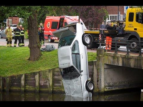 Omstanders redden man uit te water geraakte auto aan de Kinderhuissingel in Haarlem